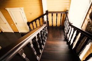 Темное покрытие лаком для лестницы