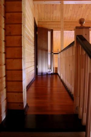 Темный лак для лестницы